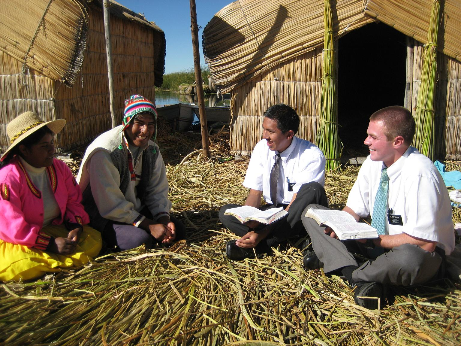 MOrmon Missionarines Sharing the Gospel